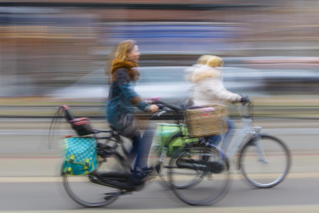 Två cyklister i trafiken.
