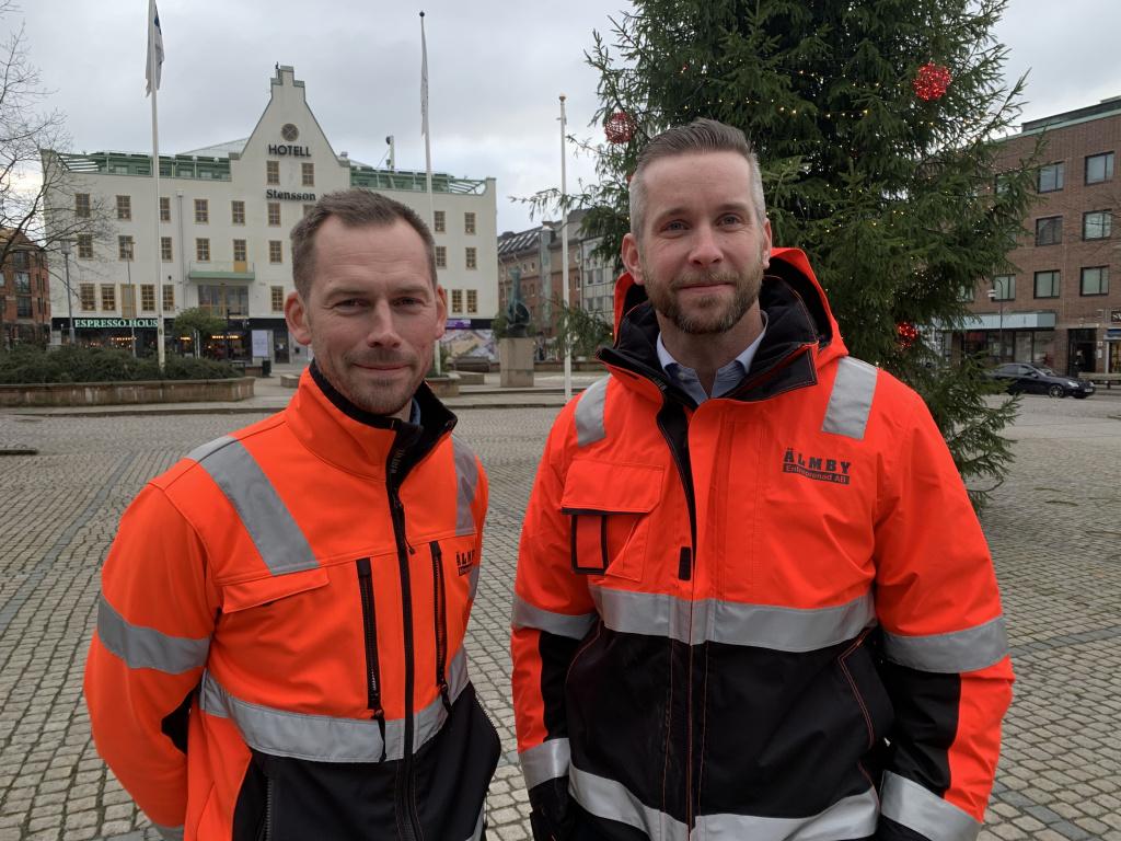 Platschef Linus Andersson och arbetschef Marcus Rydetoft från Älmby Entreprenad på plats på Stora torg i Eslöv