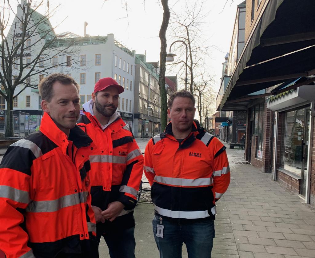 Representanter för Älmby Entreprenad besöker butiker vid Stora torg.