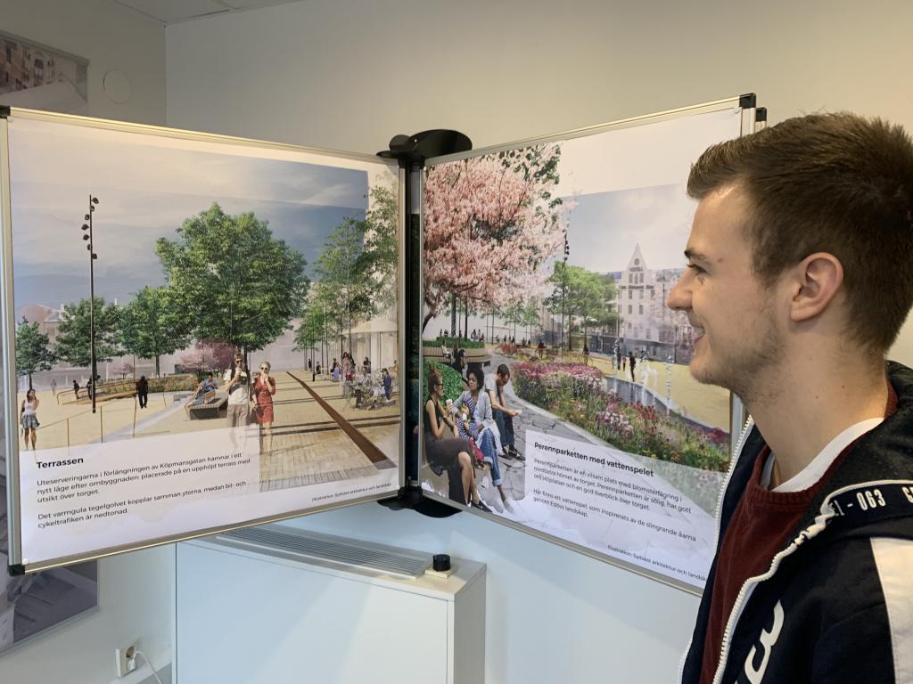 Marcus Jönsson tittar på affischerna