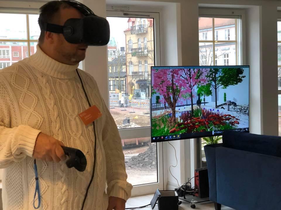 Johan Andersson med VR-glasögon.