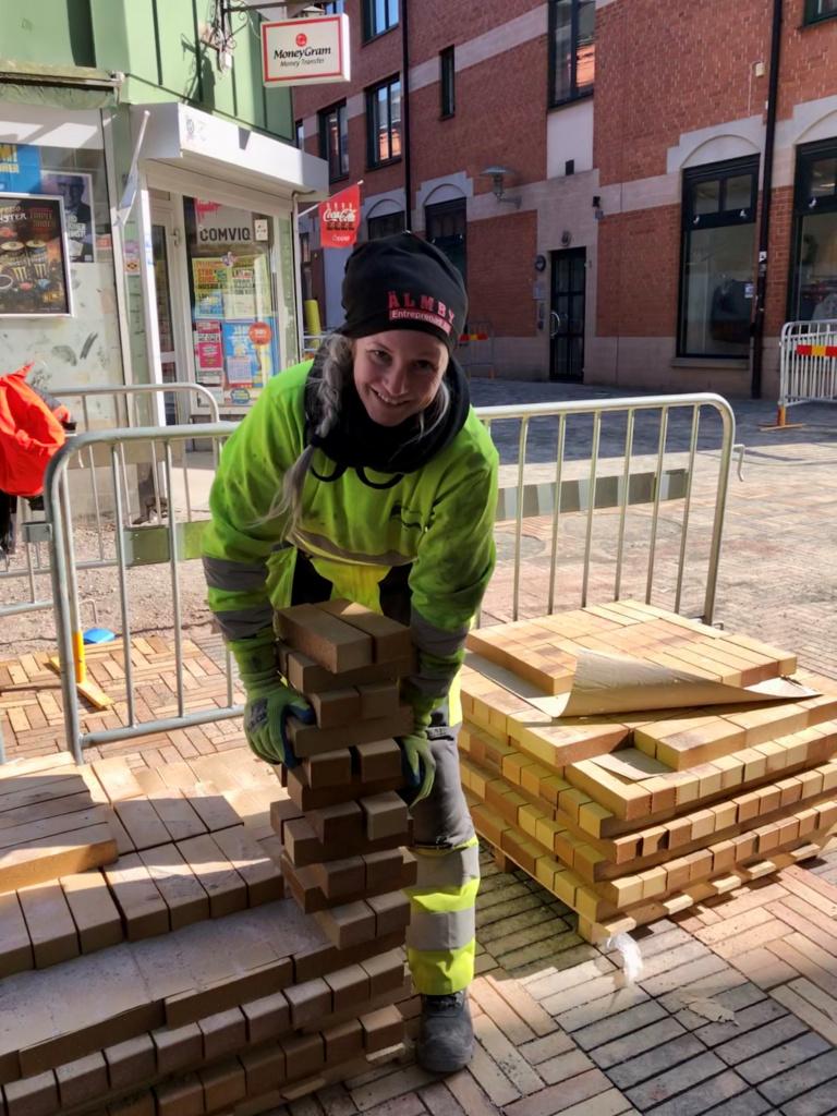 Läggningen av marktegel fortsätter nu i korsningen Stationsgränd-Köpmansgatan. Fanni Vähä-aho är relativt ny som stensättare. Hon började i september efter att ha gått en utbildning till trädgårdsanläggare. – Jag trivs jättebra. Det är fritt jobb där jag är ute i friska luften och jag gillar mina arbetskamrater. Vi skrattar mycket tillsammans, säger Fanni.