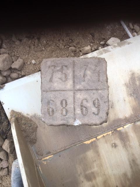 En torghandlarmarkering med inhuggna siffror i stenen hittades när grävarbetena för dagvattenbrunnar gjordes i veckan.