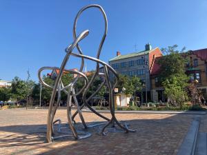 Konstverket Omväg på Stora torg. Den 4 meter höga skulpturen av långa rostfria stålrör som växer upp ur markteglet och slingrar sig igenom sig själv i runda organiska former.